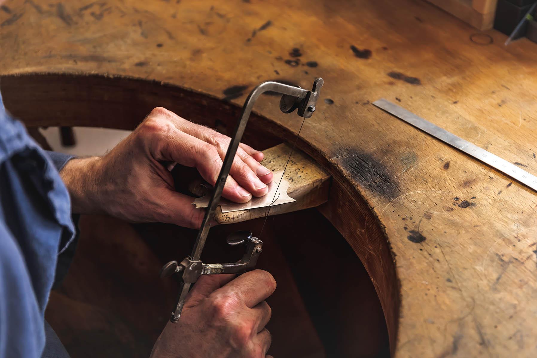 Uhr anfertigen lassen Uhren Leopold Handarbeit Zifferblatt aus Silber per Hand sägen